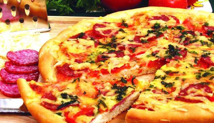 Пицца с колбасой и помидорами и грибами